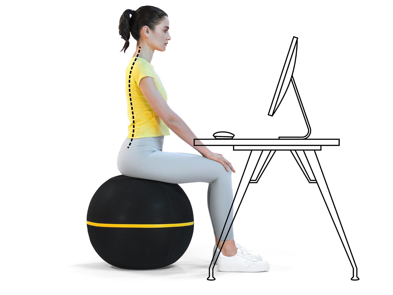 Frau macht Übungen auf Technogym Wellness Ball